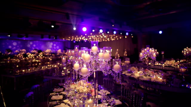 vídeos de stock e filmes b-roll de ballroom event decoration with beautiful chandeliers and lights - glamour