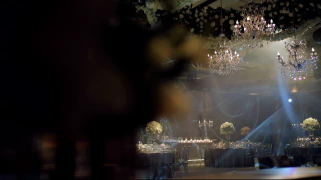 vídeos de stock, filmes e b-roll de decoração de evento de dança de salão com belos lustres e luzes - estilo século dezenove