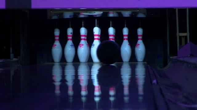 vídeos y material grabado en eventos de stock de balls being rolled down a bowling alley - bola de bolos