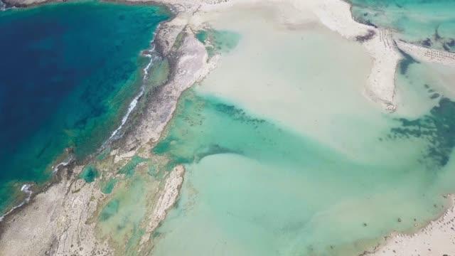 vídeos y material grabado en eventos de stock de la playa de balos y gramvousa en la distancia - bahamas