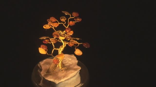 vídeos de stock e filmes b-roll de báltico âmbar joias - gema semipreciosa