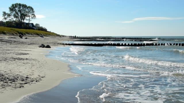 baltic sea beach with groyne, ahrenshoop, fischland-darß, baltic sea, mecklenburg-vorpommern, germany - ostsee stock-videos und b-roll-filmmaterial