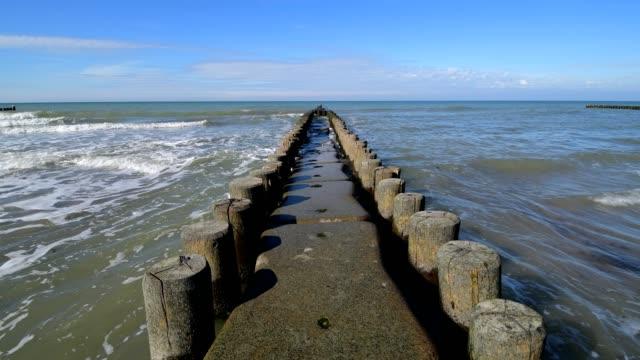 vídeos de stock, filmes e b-roll de baltic sea beach with groyne, ahrenshoop, fischland-darß, baltic sea, mecklenburg-vorpommern, germany - quebra mar