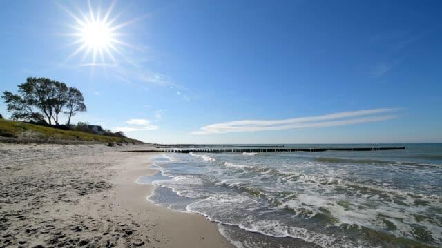 baltic sea beach with sun, ahrenshoop, fischland-darß, baltic sea, mecklenburg-vorpommern, germany - ostsee stock-videos und b-roll-filmmaterial