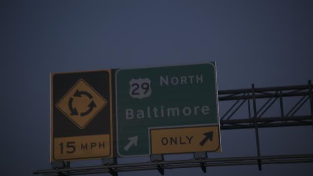 vidéos et rushes de baltimore highway signage, car pov in slow motion - baltimore