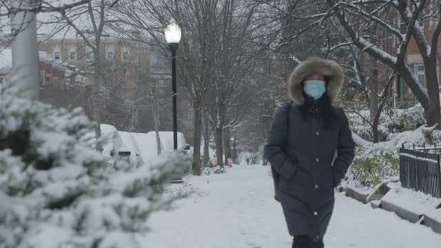 vidéos et rushes de baltimoreans walk along saint paul street during winter storm gail on december 16, 2020 in baltimore, md. winter storm gail brings snow and ice to... - maryland état