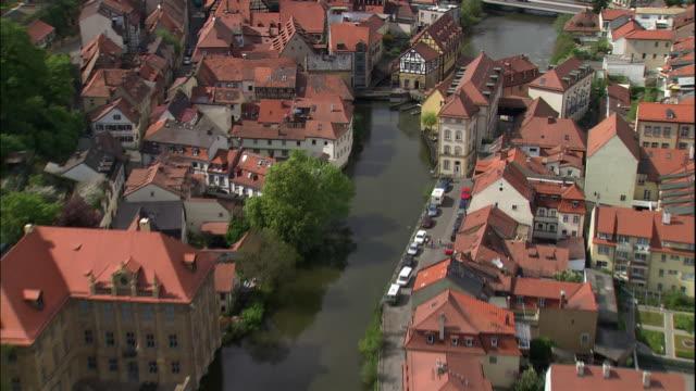 bamberg's altes rathaus sits on an island in the regnitz river. - rathaus bildbanksvideor och videomaterial från bakom kulisserna