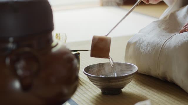 vídeos y material grabado en eventos de stock de bamboo ladle siendo utilizado por la ceremonia del té anfitrión - sado