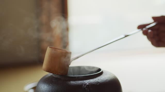 vídeos y material grabado en eventos de stock de bambú ladle en hand of tea ceremonia anfitrión - sado