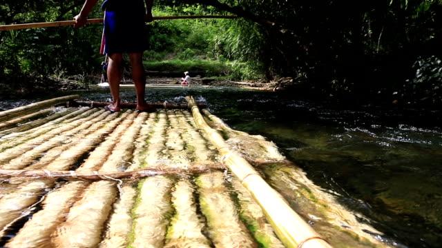 vídeos de stock e filmes b-roll de hd: bambu rafting na selva - rebento de bambu