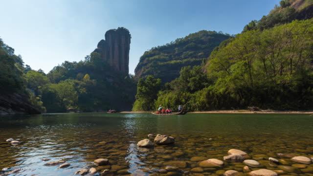 t/l bambu flottar driver ner nio böjar river, yunv peak, wuyi mountain, nanping city, fujian-provinsen, kina - bergsvägg bildbanksvideor och videomaterial från bakom kulisserna
