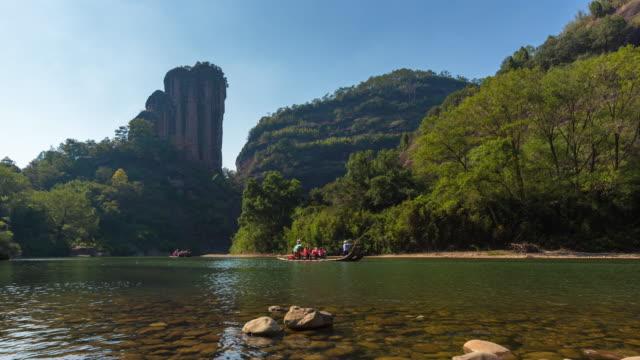 t/l pan bambu flottar driver ner nio böjar river, yunv peak, wuyi mountain, nanping city, fujian-provinsen, kina - bergsvägg bildbanksvideor och videomaterial från bakom kulisserna