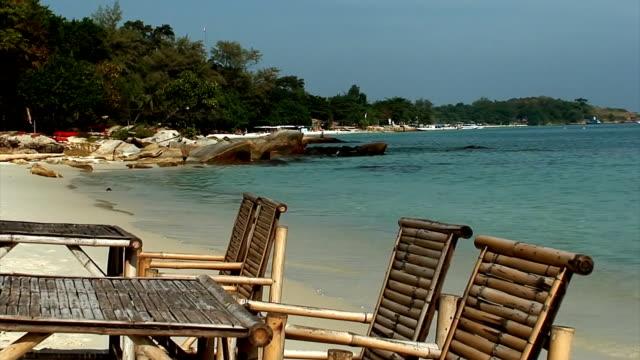 vídeos de stock, filmes e b-roll de bambu mesa e cadeiras na praia - acampamento de férias