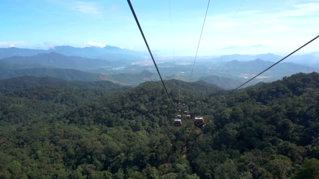 vídeos de stock e filmes b-roll de bana hills mountain resort cable car - encosta