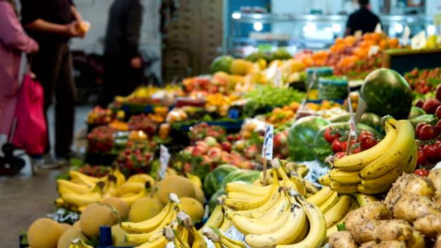 市場でバナナ