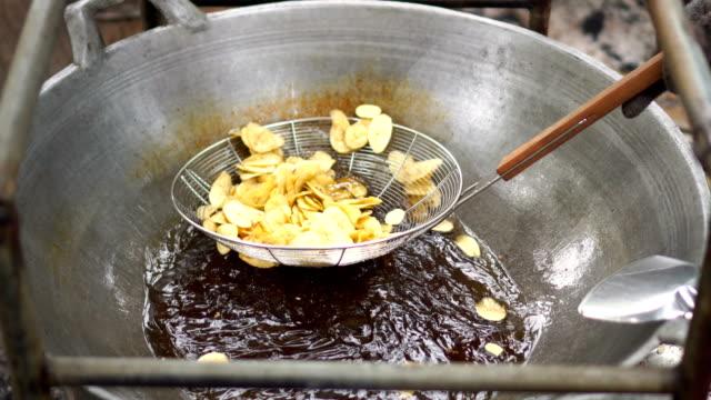 vídeos de stock, filmes e b-roll de batatas fritas de banana - banana de são tomé