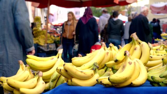 bananen auf bauernmarkt - pilz stock-videos und b-roll-filmmaterial