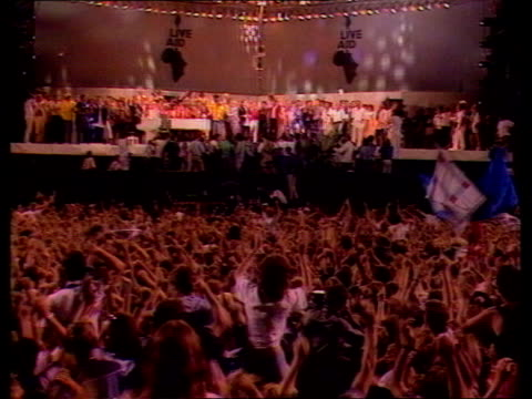 band aid record piracy tx 13785 itn ts mass audience at live aid concert ts audience and stars on stage - 1985 bildbanksvideor och videomaterial från bakom kulisserna