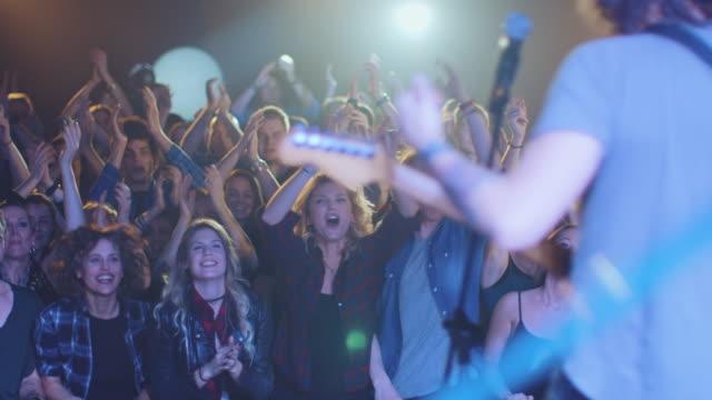 vídeos de stock, filmes e b-roll de banda entrando no palco - palco