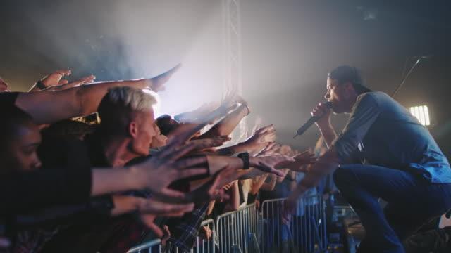バンドは、観客との相互作用 - singer点の映像素材/bロール