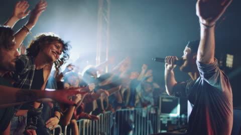 vídeos y material grabado en eventos de stock de banda interactuando con la audiencia - ubicaciones geográficas