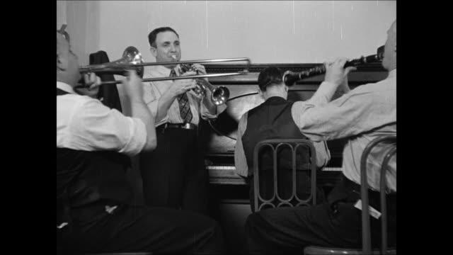 band leader nick larocca w/ drummer tony sbarbaro clarinetist larry shields opening mail vs j. russel robinson band rehearsing. - リハーサル点の映像素材/bロール