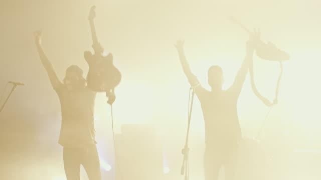 band musik zu machen, auf der konzertbühne - verbeugen stock-videos und b-roll-filmmaterial