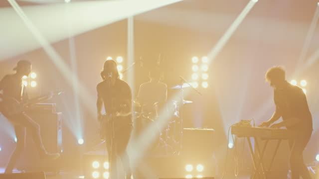 band musik zu machen, auf der konzertbühne - rocking stock-videos und b-roll-filmmaterial