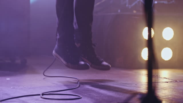 stockvideo's en b-roll-footage met band op de concert close-up - zanger