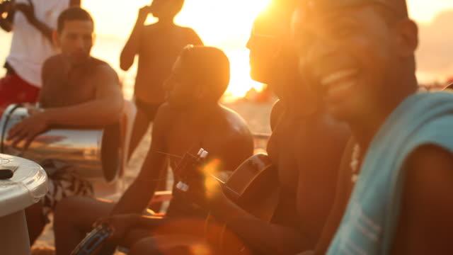 vidéos et rushes de band on ipanema beach - musicien