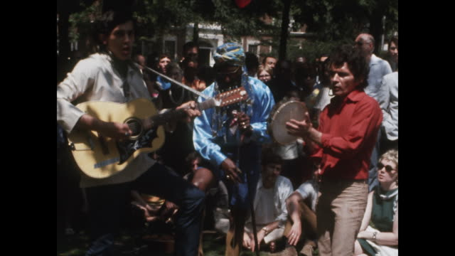 vídeos y material grabado en eventos de stock de band performing for crowds in washington square park in new york city. - music or celebrities or fashion or film industry or film premiere or youth culture or novelty item or vacations