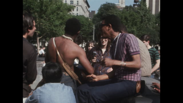 vídeos de stock e filmes b-roll de band performing for crowds in washington square park in new york city - music or celebrities or fashion or film industry or film premiere or youth culture or novelty item or vacations
