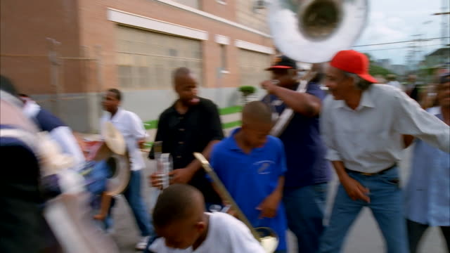 a band performs on a new orleans street. available in hd. - new orleans video stock e b–roll