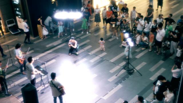 vidéos et rushes de band play on the street - guitare imaginaire
