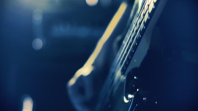 vidéos et rushes de bande jouant un vrai spectacle en direct dans un club : bassiste - guitare électrique