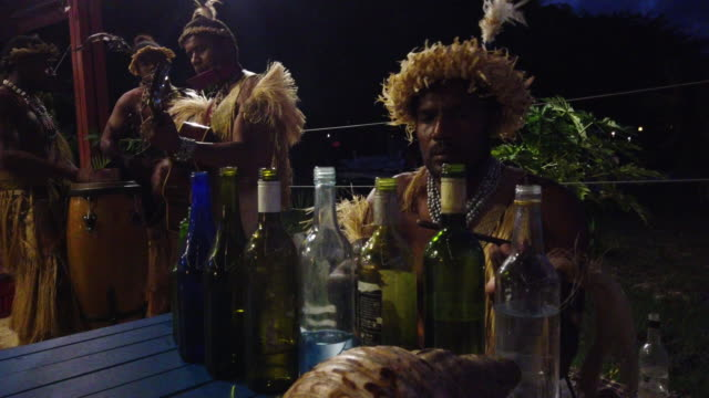 vidéos et rushes de a band plays traditional music in a restaurant on december 1 2019 in efate vanuatu 25 percent of vanuatu's 276000 citizens lost their homes in 2015... - océan pacifique sud