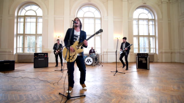 stockvideo's en b-roll-footage met band repeteren binnenshuis - muzikant