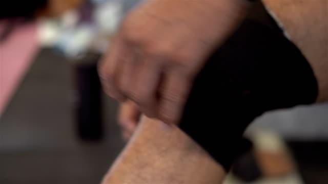 vidéos et rushes de bandage sur le genou - fracture