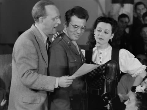 bandleader kay kyser standing w/ hedy lamarr at standing roulette wheel sot kay asking who has f35 soldier 'leonard' standing w/ kay amp hedy soldier... - 1943 stock-videos und b-roll-filmmaterial
