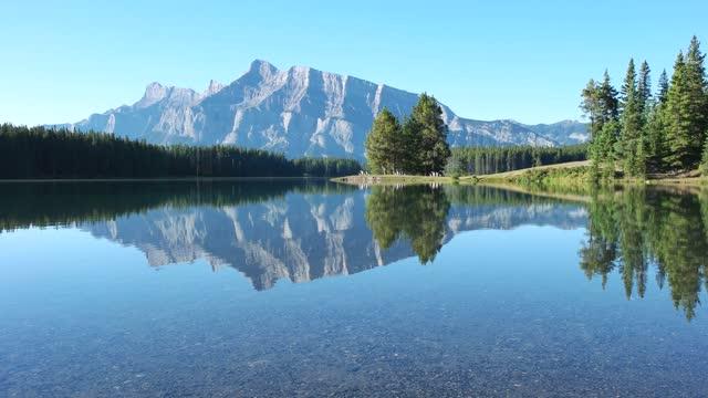 バンフ国立公園 カナダ ロッキーズ カナダ マウント ランドル 2 ジャック 湖 - アルバータ州点の映像素材/bロール