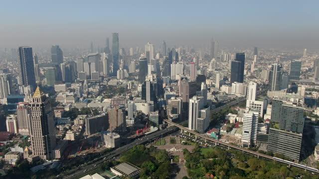 vídeos de stock e filmes b-roll de bang rak cityscape with bangkok megacity/ aerial view 4k - bangkok