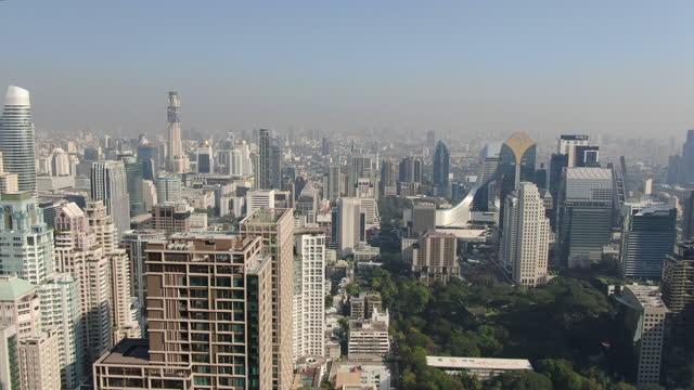 vídeos de stock e filmes b-roll de bang rak cityscape with bangkok skyscrapers/ aerial view 4k - bangkok