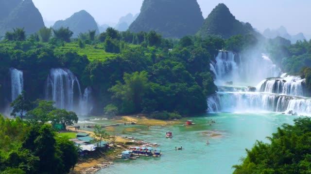 Bangioc de cascada en cascada Vietnam y Detian en China, cerca de frontera, la gente puede ver esta cascada del país.