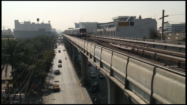 (HD1080) Bangkok 3D Traffic: Sky Train Approaches Above Cars (Thailand)