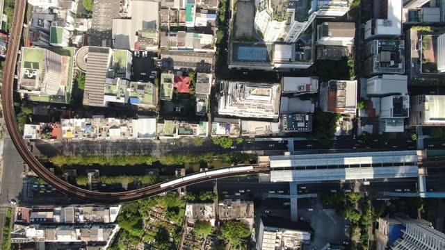 vídeos de stock e filmes b-roll de bangkok bts sky train - aerial view 4k - bangkok