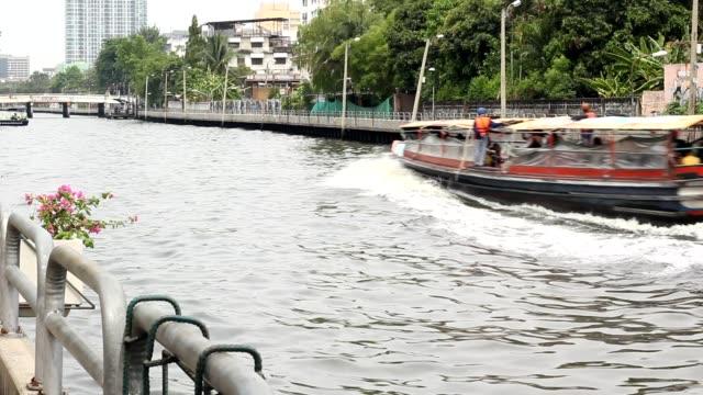 vídeos y material grabado en eventos de stock de barcos del canal khlong de bangkok en tailandia. transporte de agua. - embarcación de pasajeros
