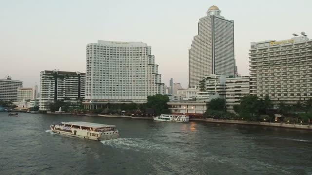 バンコク市内には、送迎ボートであるチャオ・プラヤ川 - チャオプラヤ川点の映像素材/bロール