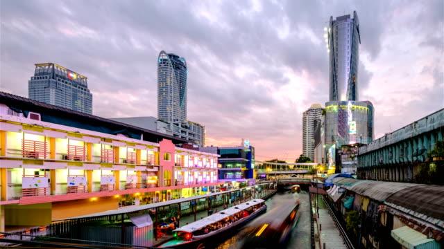 Quartier de Bangkok avec Khlong Saen Saep bateau Express s'exécute à un quai, Time-lapse.
