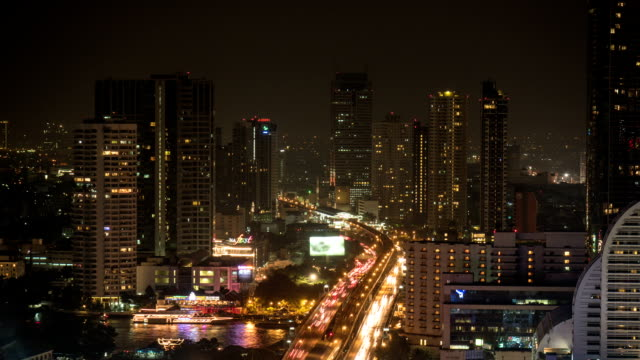 バンコクの街並みの上空から見た夜のホテル