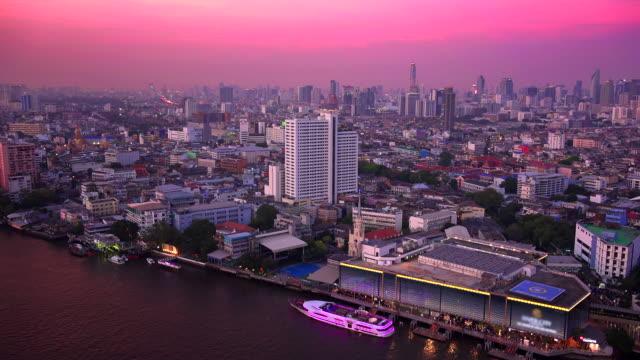 vídeos y material grabado en eventos de stock de bangkok city skyline and chao phraya river at sunset in thailand, timelapse - rosa brillante